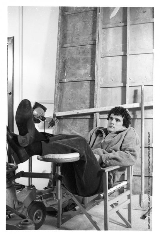 Scusate il ritardo: Massimo Troisi si rilassa sul set (foto di MARIO TURSI)
