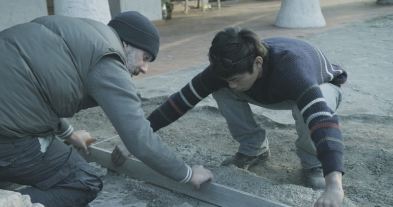 Se chiudo gli occhi non sono più qui: Beppe Fiorello e Mark Manaloto in una scena