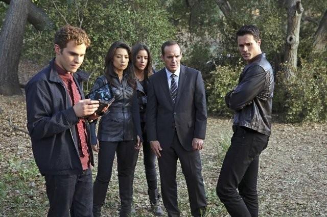 Agents of S.H.I.E.L.D.: Ming-Na, Clark Gregg, Iain De Caestecker, Brett Dalton e Chloe Bennet nell'episodio FZZT