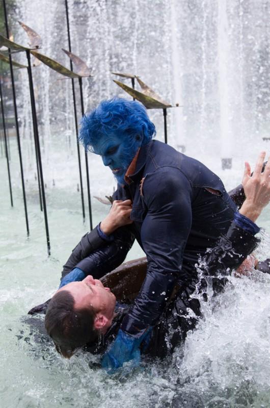 X-Men: Giorni di un futuro passato - La Bestia Nicholas Hoult aggredisce Michael Fassbender