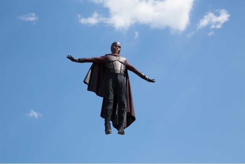 X-Men: Giorni di un futuro passato: Michael Fassbender in volo nei panni di Magneto