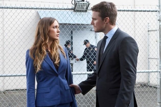 Arrow: Katie Cassidy e Stephen Amell  in una scena dell'episodio League of Assassins