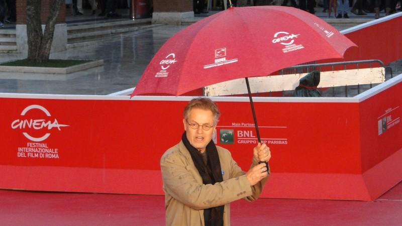 Jonathan Demme gioca con l'ombrello sul tappeto rosso di Roma 2013