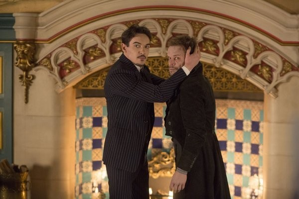 Dracula: Jonathan Rhys Meyers ed Alec Newman in una foto scena dell'episodio From Darkness to Light