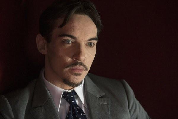 Dracula: Jonathan Rhys Meyers in un momento dell'episodio A Whiff of Sulphur