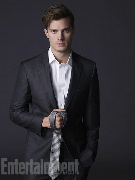 Cinquanta sfumature di grigio: Jamie Dornan con la cravatta in mano