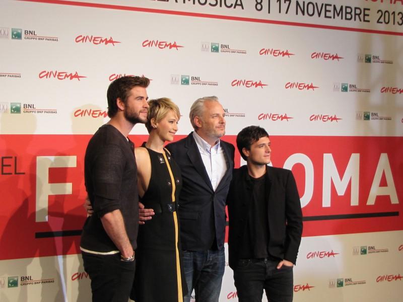 Hunger Games: la ragazza di fuoco, Liam Hemsworth con Josh Hutcherson, Jennifer Lawrence e il regista Francis Lawrence a Roma 2013