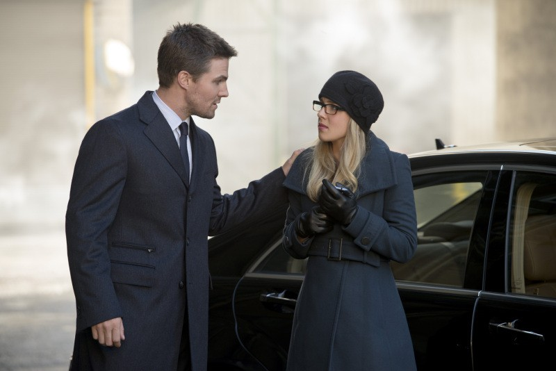 Arrow: Stephen Amell e Emily Bett Rickards in una scena dell'episodio Keep Your Enemies Closer
