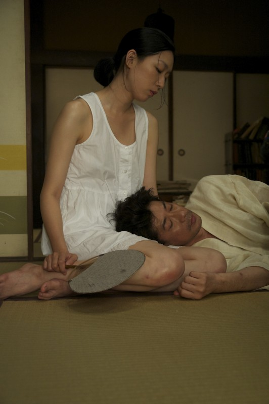 A Woman and War: Noriko Eguchi con Masatoshi Nagase in una scena