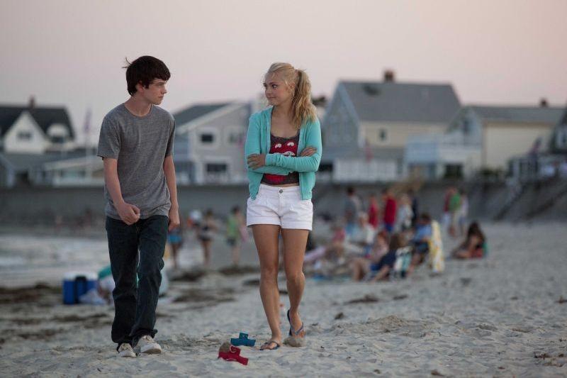 C'era una volta un'estate: Liam James e AnnaSophia Robb in una tenera scena del film