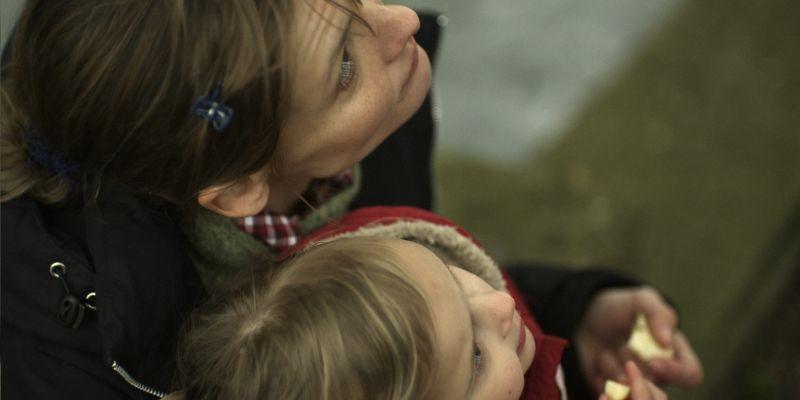 La moglie del poliziotto: Alexandra Finder in una scena con la sua bambina