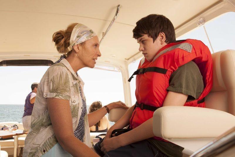 Toni Collette e Liam James in una scena di C'era una volta un'estate