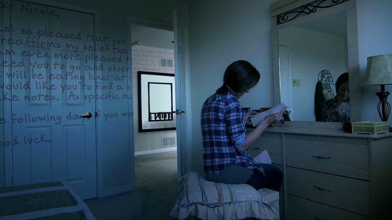 Blood Pressure: Michelle Giroux immersa in una delle sue lettere in una scena del film