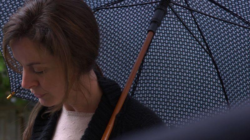 Blood Pressure: Michelle Giroux sotto l'ombrello in una scena