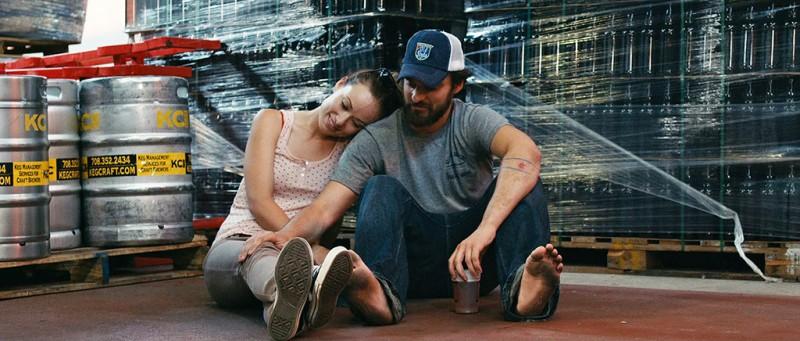 Drinking Buddies: Olivia Wilde in una tenera scena del film con Jake Johnson