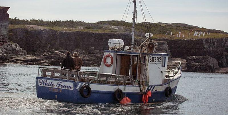 The Grand Seduction: Brendan Gleeson e Taylor Kitsch in barca in una suggestiva scena