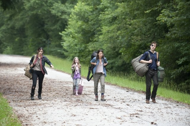 The Walking Dead: David Morrissey con Audrey Marie Anderson, Alanna Masterson e Meyrick Murphy nell'episodio L'esca