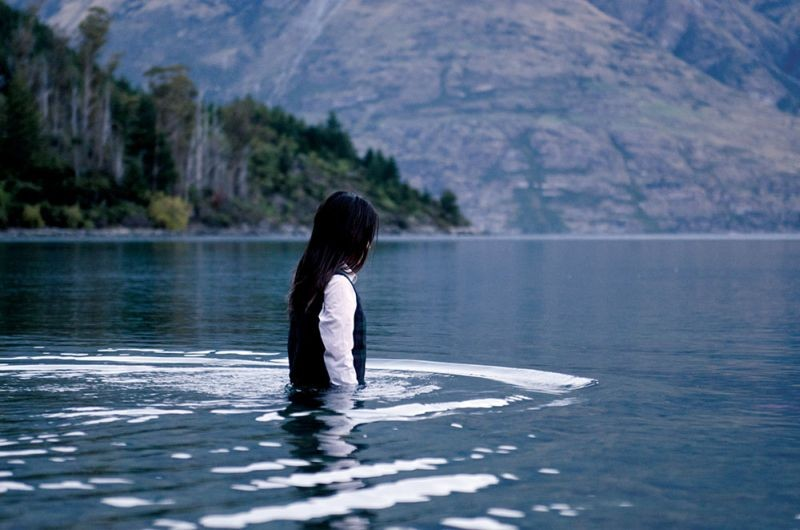 Jacqueline Joe in una suggestiva scena della serie-tv Top of the Lake
