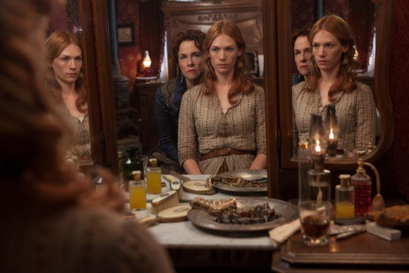 Sweetwater: Amy Madigan e January Jones in una scena del film