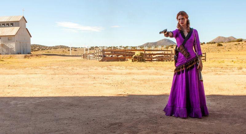 Sweetwater: January Jones punta la sua pistola in una scena del film