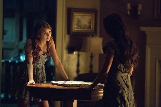 The Vampire Diaries: Janina Gavankar e Nina Dobrev in una scena dell'episodio Death and the Maiden