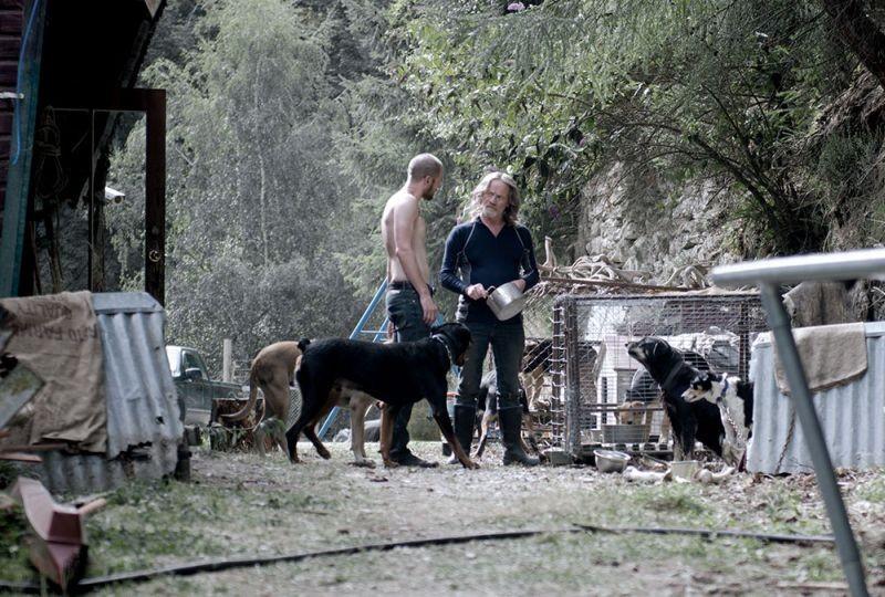 Top of the Lake: Luke Buchanan in una scena della serie con Peter Mullan