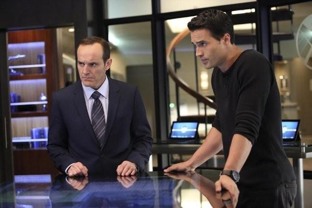 Agents of S.H.I.E.L.D.: Clark Gregg e Brett Dalton in una scena dell'episodio The Well