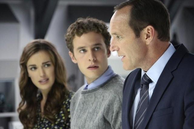 Agents of S.H.I.E.L.D.: Clark Gregg, Iain De Caestecker ed Elizabeth Henstridge nell'episodio The Well