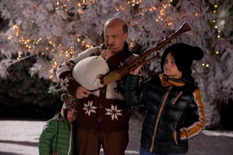 Indovina chi viene a Natale?: Carlo Buccirosso in una scena natalizia