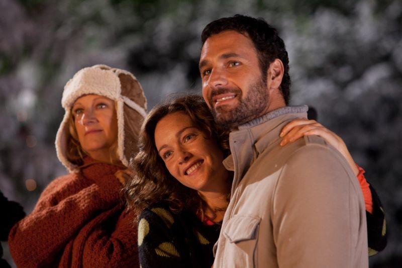 Indovina chi viene a Natale?: Raoul Bova in una scena con Angela Finocchiaro e Cristiana Capotondi
