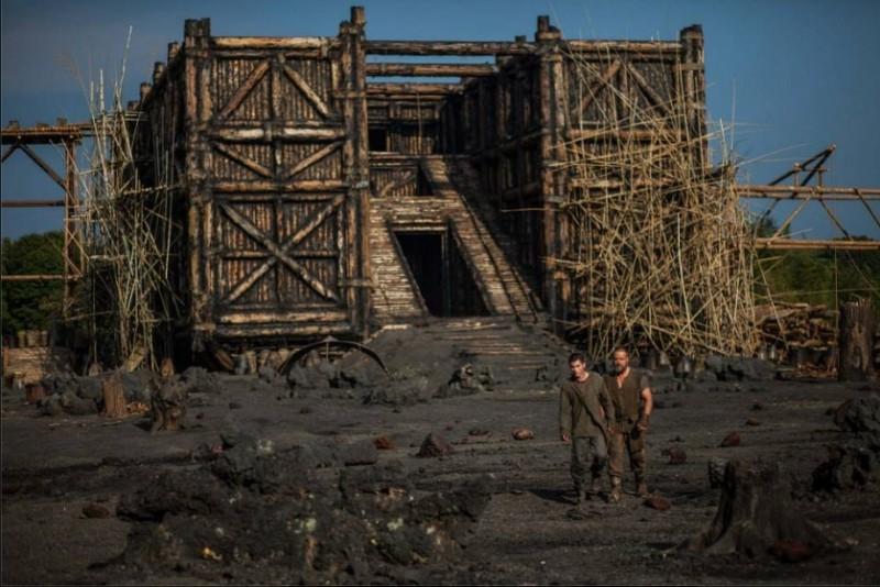 Noah: Russell Crowe e Logan Lerman in una scena del film