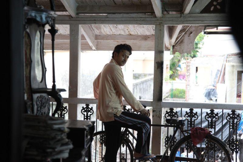 The Lunchbox: Irrfan Khan in bicicletta in una scena