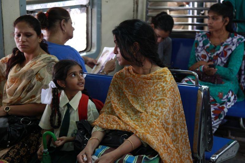 The Lunchbox: la bella Nimrat Kaur in autobus in una scena del film