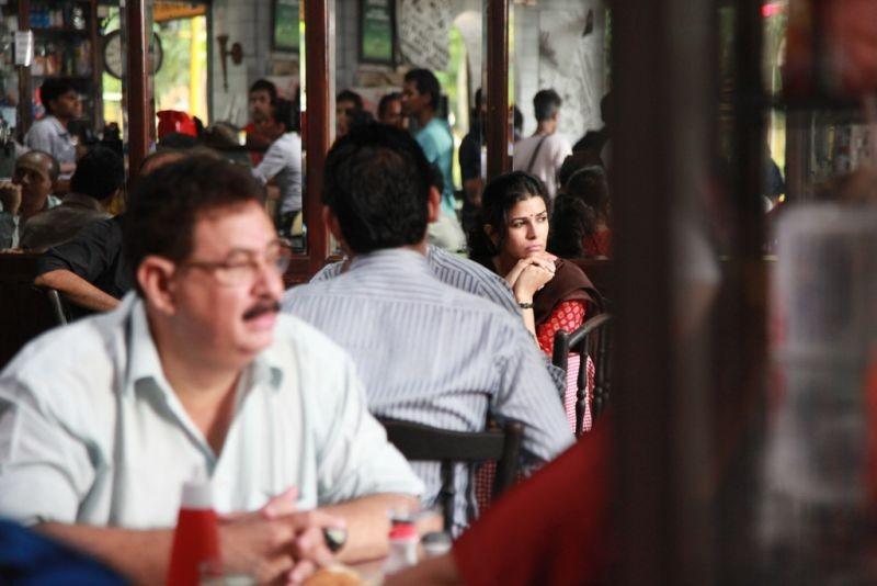 The Lunchbox: la bella Nimrat Kaur in una scena del film