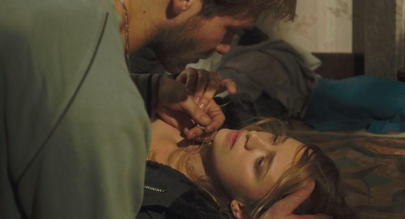 Suzanne: Sara Forestier insieme a Paul Hamy in una scena del film