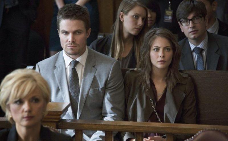 Arrow: Stephen Amell e Willa Holland in una scena dell'episodio State v. Queen