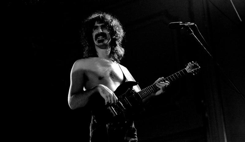 Frank Zappa (1940 - 1993) durante una performance in Germania