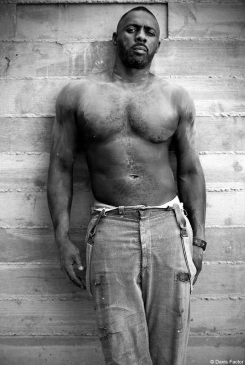 Un ritratto di Idris Elba in bianco e nero