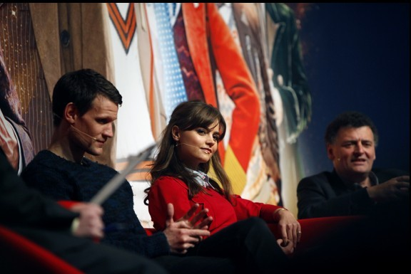 Matt Smith e Jenna-Louise Coleman con Steven Moffat alla Doctor Who Official 50th Celebration