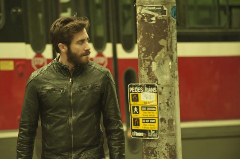 Enemy: Jake Gyllenhaal cammina per la strada