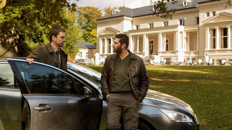 The Keeper of Lost Causes: Nikolaj Lie Kaas e Fares Fares vicino all'auto