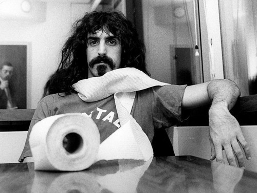 Frank Zappa con sciarpa di carta da cucina