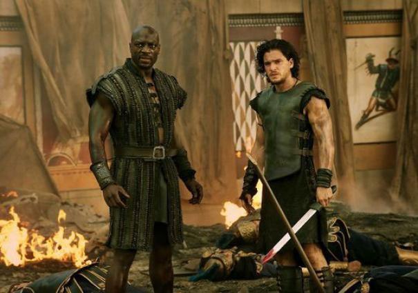 Pompeii: Kit Haringston e Adewale Akinnuoye-Agbaje in una scena del film