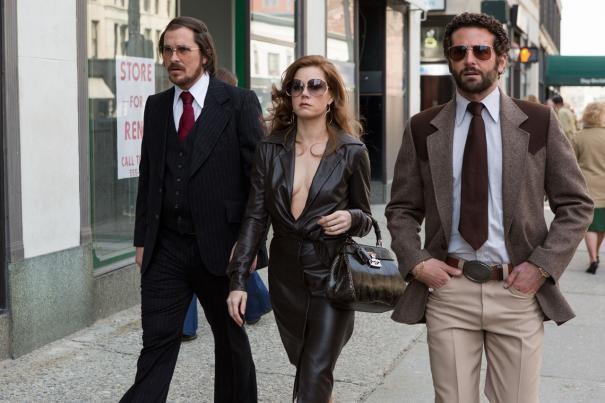American Hustle: Amy Adams, Christian Bale e Bradley Cooper in una scena