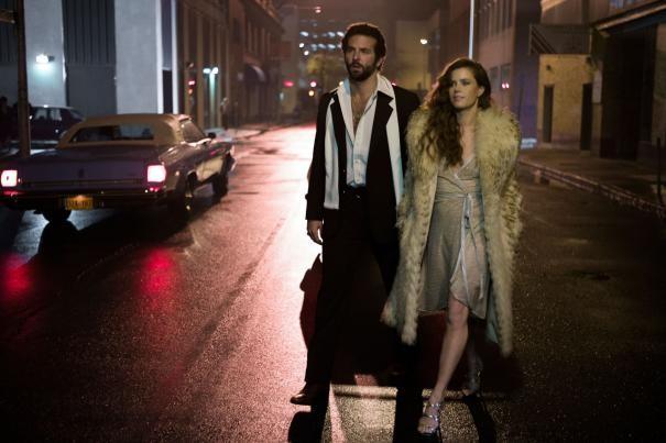 American Hustle: Amy Adams e Bradley Cooper in una scena del film