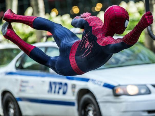 The Amazing Spider-Man 2: Andrew Garfield sospeso di fronte a un taxi
