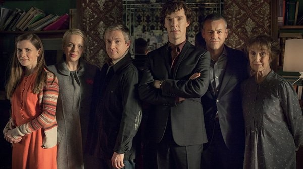 Sherlock: Martin Freeman, Benedict Cumberbatch, Una Stubbs, Rupert Graves, Amanda Abbington in un'immagine della stagione 3