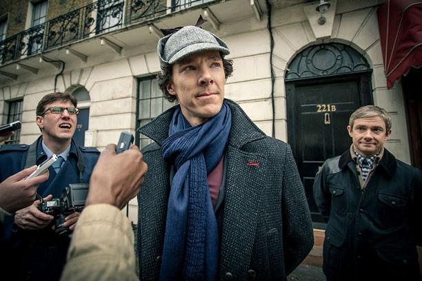 Sherlock: Martin Freeman insieme a Benedict Cumberbatch in un'immagine della terza stagione della serie