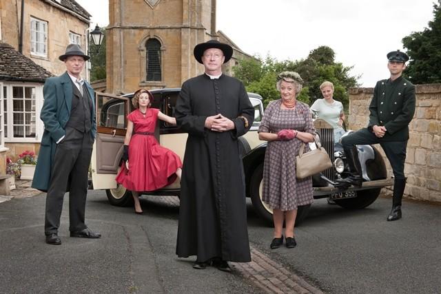 Padre Brown: Mark Williams con il cast in una foto promozionale della serie BBC