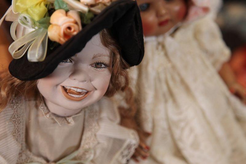 Neverlake: bambole animate in una scena